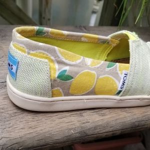 🍋 Toms Lemon Loafers (Size 2M)